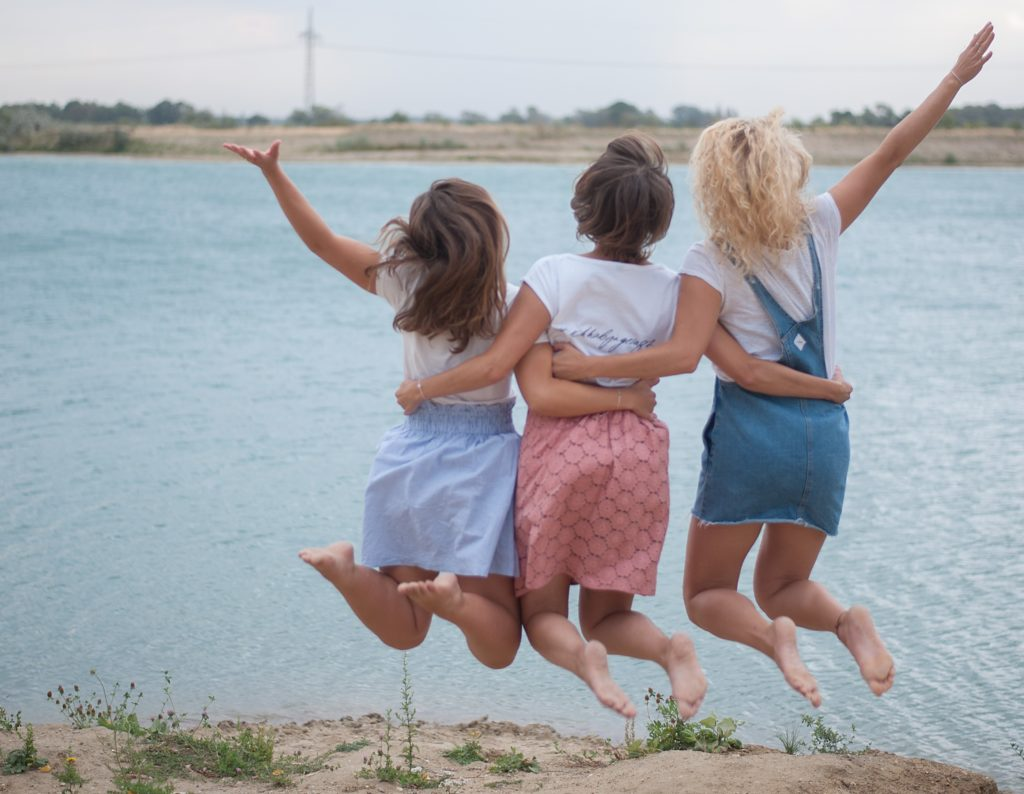Ihr seid verlobt und könntet vor Freude in die Luft springen? Schnapp dir deine Mädels und dann ab an die Hochzeitsplanung.