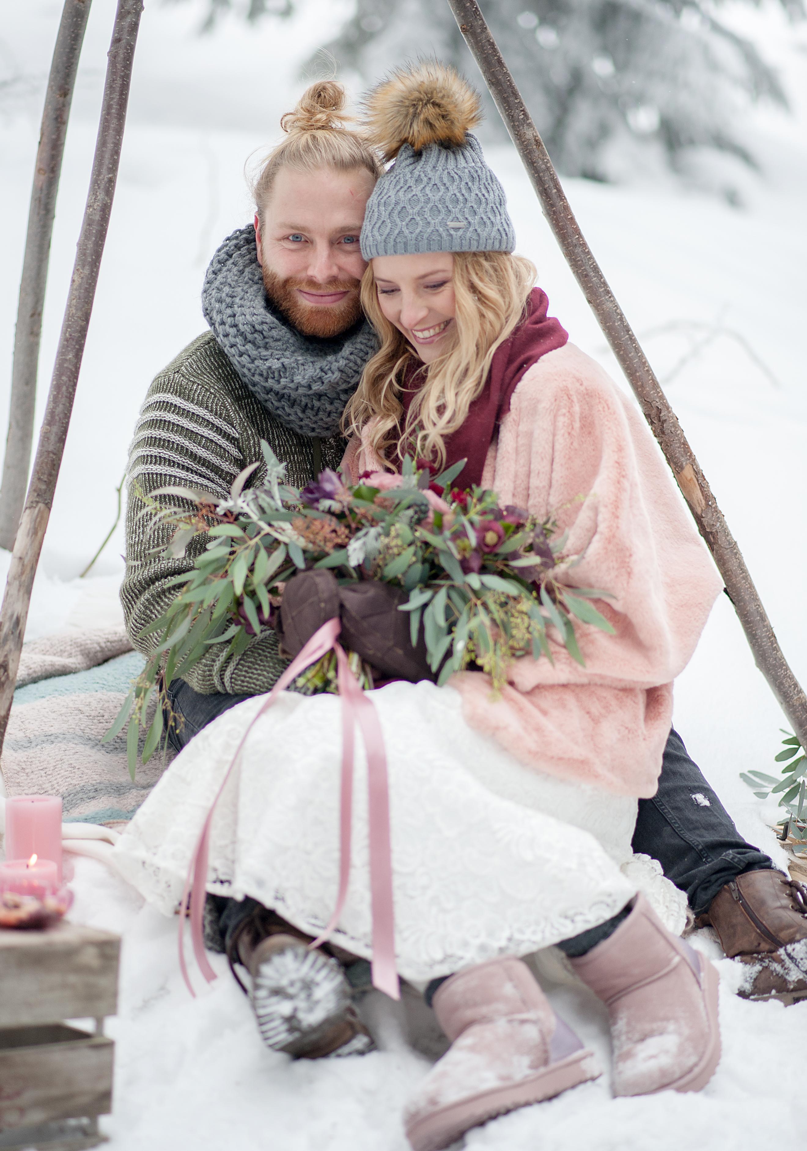 Winterhochzeit verschneit im Tipi